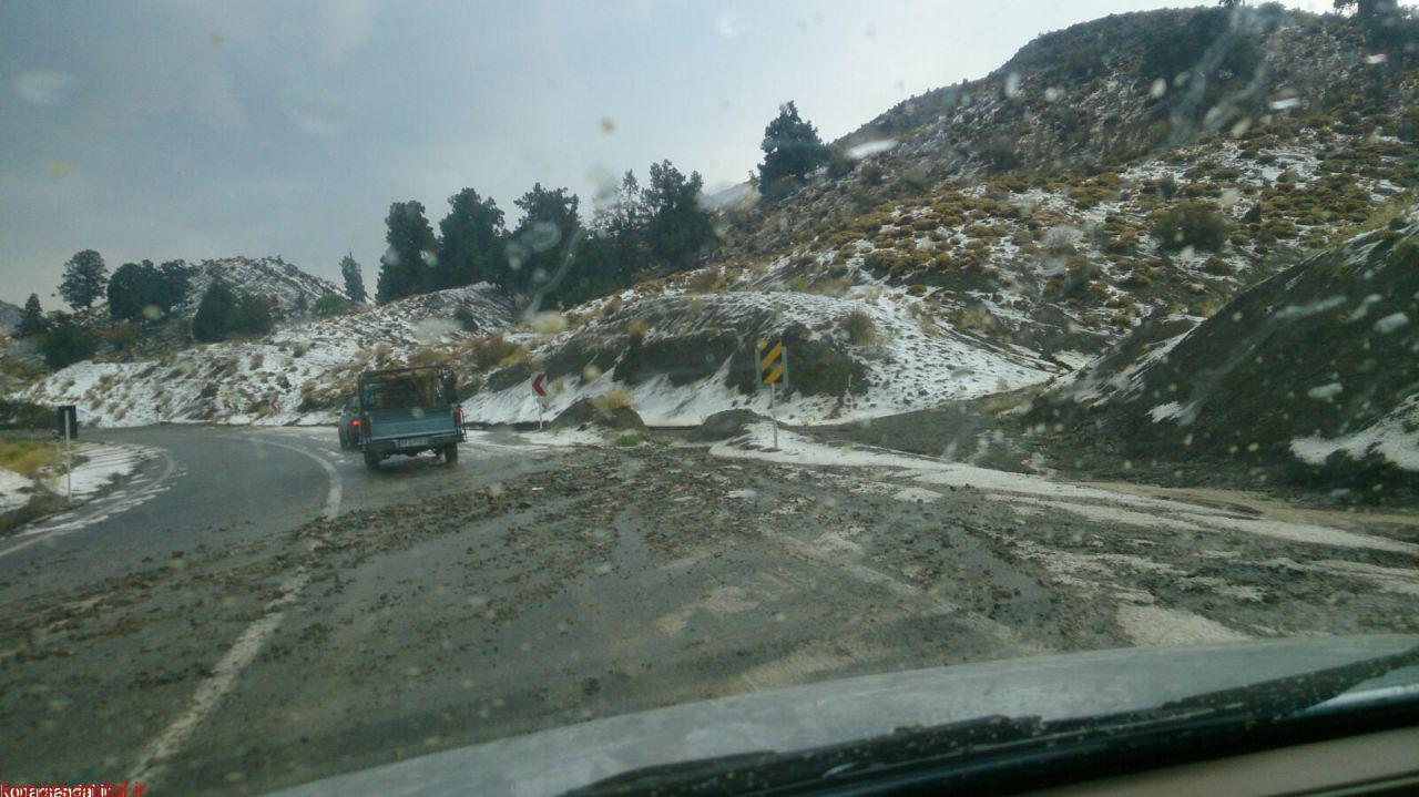 ریزش کوه موجب کندی تردد در محور جیرفت –ساردوییه شد.