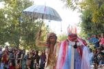 گروه نانودراما با نمایش خیابانی مهاجران سینه سرخ / تصاویر