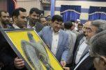 فرماندار جیرفت نماد دست باف تمدن جیرفت را به وزیر کشور تقدیم کرد